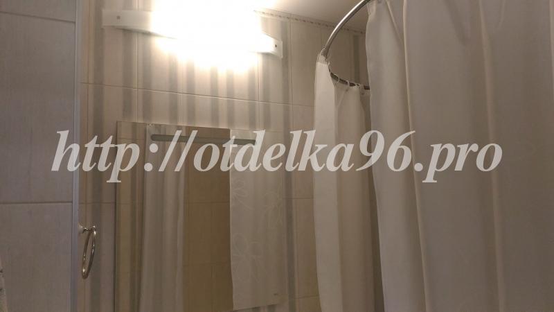 Монтаж лампы, зеркала, дугообразного держателя для шторы в ванной