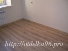 Укладка ламината с V-образной фаской с рисунком под дерево в комнате