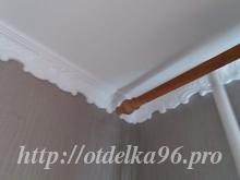Монтаж потолочного плинтуса с узором